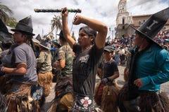 Homens nativos que dançam na rua em Inti Raymi Fotos de Stock Royalty Free