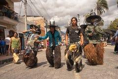 Homens nativos que dançam na rua em Inti Raymi Fotografia de Stock Royalty Free