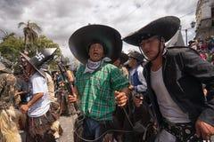 Homens nativos que dançam na rua em Inti Raymi Imagem de Stock