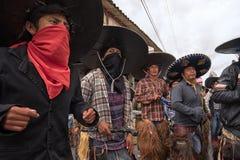 Homens nativos que dançam na rua em Inti Raymi Imagens de Stock Royalty Free
