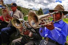 Homens nativos Quechua do Peru em jogar a música fotografia de stock royalty free