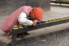 Homens nepaleses que removem a fuligem no templo de Kumbeshwar em Patan, Nepal Fotografia de Stock Royalty Free