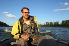 Homens no barco com motor Fotos de Stock