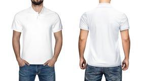 Homens no polo branco vazio, na parte dianteira e na vista traseira, fundo branco Projete o polo, o molde e o modelo para a cópia foto de stock