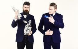 Homens no terno, homens de negócios com o frasco completo do dinheiro fotos de stock royalty free