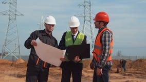 Homens no terreno de construção que discutem o modelo Imagens de Stock Royalty Free