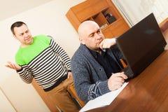 Homens no trabalho no portátil fotografia de stock