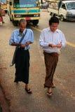 Homens no vestido tradicional que andam nas ruas movimentadas de Yangon, Fotos de Stock