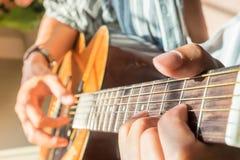 Homens novos consideráveis que jogam a guitarra Fotos de Stock