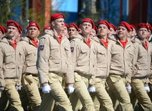 Homens novos do exército do ` militar-patriótico de Yunarmiya do ` do movimento do Todo-russo no quadrado vermelho durante o ensa Imagem de Stock