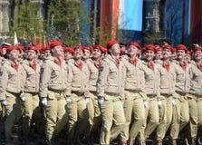 Homens novos do exército do ` militar-patriótico de Yunarmiya do ` do movimento do Todo-russo no quadrado vermelho durante o ensa Fotografia de Stock Royalty Free