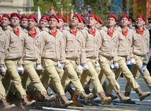 Homens novos do exército do ` militar-patriótico de Yunarmiya do ` do movimento do Todo-russo no quadrado vermelho durante o ensa Fotos de Stock Royalty Free