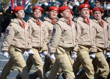 Homens novos do exército do ` militar-patriótico de Yunarmiya do ` do movimento do Todo-russo no quadrado vermelho durante o ensa Foto de Stock Royalty Free