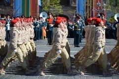 Homens novos do exército do ` militar-patriótico de Yunarmiya do ` do movimento do Todo-russo no quadrado vermelho durante o ensa Imagem de Stock Royalty Free
