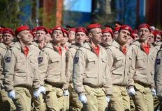 Homens novos do exército do ` militar-patriótico de Yunarmiya do ` do movimento do Todo-russo no quadrado vermelho durante o ensa Foto de Stock