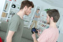 Homens novos e câmera posta elevação foto de stock royalty free