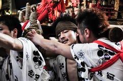 Homens novos não identificados que participam em Tenjin Matsuri, Osaka, J Fotografia de Stock Royalty Free
