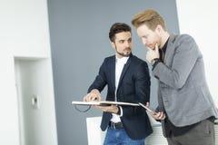 Homens novos no escritório Imagens de Stock