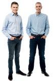 Homens novos ocasionais que levantam no estilo fotos de stock