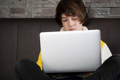 Homens novos que aprendem com seu assento do caderno Foto de Stock Royalty Free