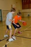 Homens novos que jogam o basquetebol fotografia de stock