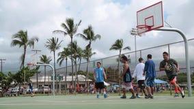 Homens novos que jogam o basquetebol video estoque