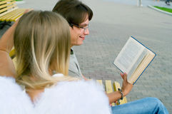 Homens novos que lêem um livro Imagem de Stock Royalty Free