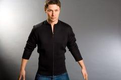 Homens novos vestidos na camisola e nas calças de brim Imagens de Stock