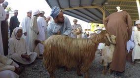 Homens omanenses que conversam no mercado da cabra de Nizwa filme