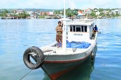 Homens Papuan no barco fotografia de stock royalty free