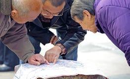 Homens para procurarar a maneira no mapa imagem de stock royalty free
