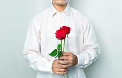 Homens prendendo rosas fotografia de stock royalty free