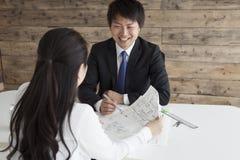 Homens a prestar serviços de manutenção com um sorriso Foto de Stock