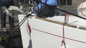 Homens que amarram o barco para entrar, fishers que preparam-se para a partida ao mar aberto, ocupação filme
