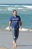 Homens que andam na praia fotografia de stock