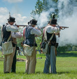Homens que ateiam fogo a armas junto Foto de Stock Royalty Free