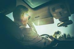 Homens que conduzem o veículo fotografia de stock