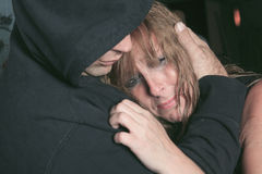 Homens que consolam a mulher e que tentam acalmar-se para baixo Fotografia de Stock