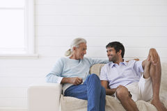 Homens que conversam em Sofa At Home foto de stock royalty free