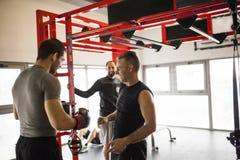 Homens que conversam sobre o treinamento do th e foto de stock royalty free