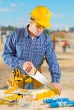 Homens que cortam com hansaw Imagens de Stock Royalty Free