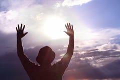 Homens que cumprimentam o conceito do sol da espiritualidade fotografia de stock royalty free