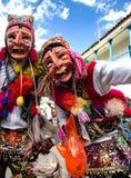 Homens que dançam e que vestem máscaras típicas no festival religioso de Paucartambo's de Virgen del Carmen imagens de stock royalty free