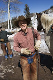 Homens que estão com cavalo e sorriso Fotos de Stock