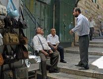 Homens que falam na rua do Jerusalém Fotos de Stock Royalty Free