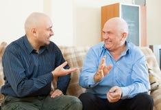 Homens que falam no sofá fotografia de stock royalty free
