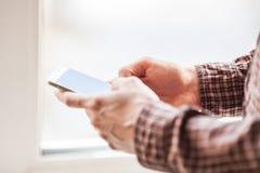 Homens que guardam o tiro do close-up do telefone celular Fotos de Stock Royalty Free