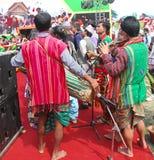 Homens que jogam flautas e cilindro para a dança popular de Assam, Índia Foto de Stock