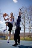 Homens que jogam o basquetebol fotos de stock