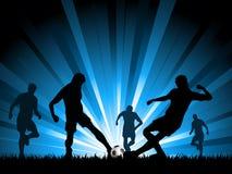 Homens que jogam o futebol Fotos de Stock